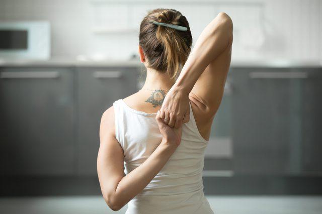 femeie stretching sala