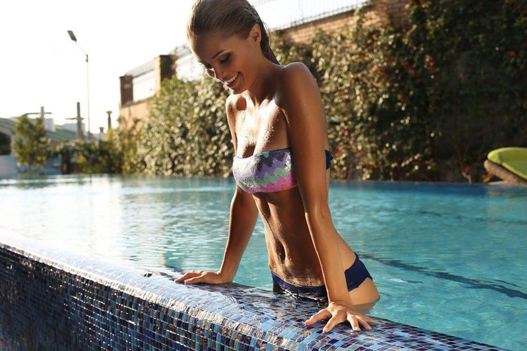 femeie iese piscina triceps