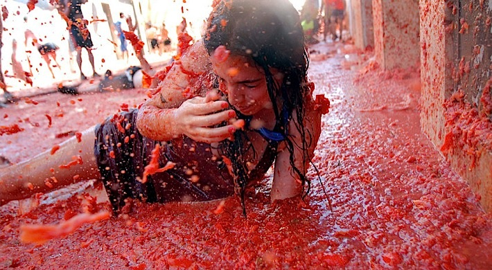femeie arunca cu rosii