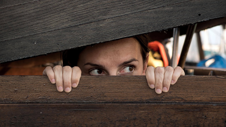 femeie se ascunde de copii