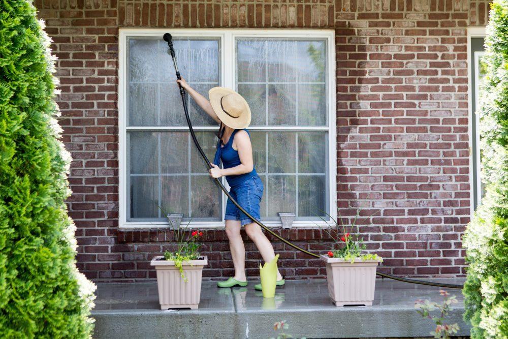 femeie spala geamuri