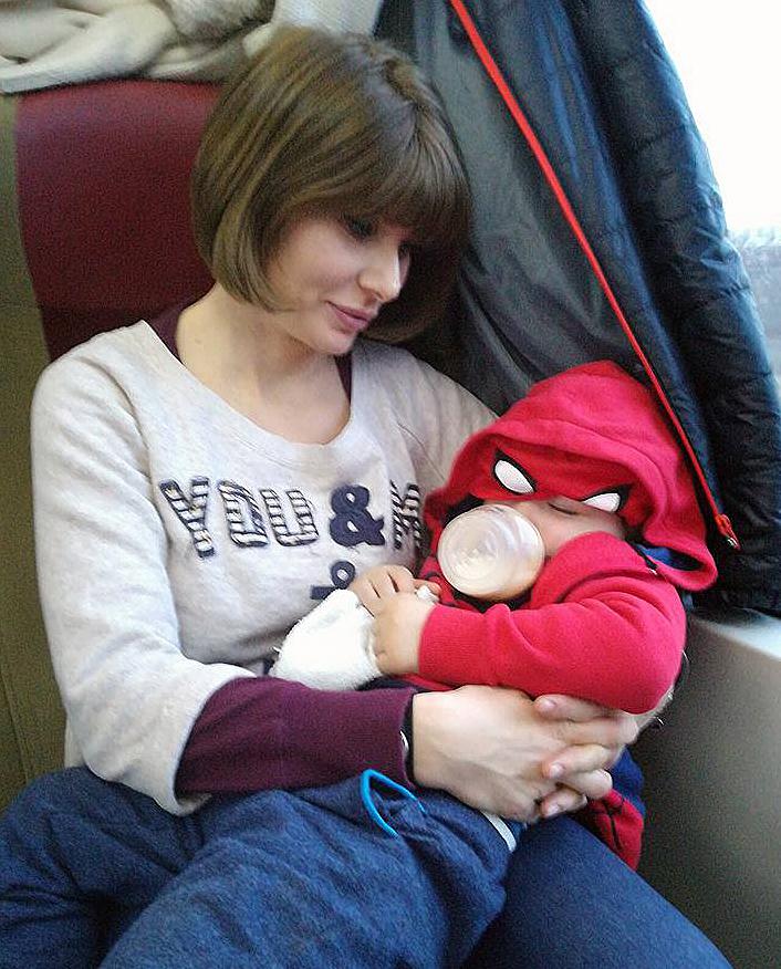 copil doarme tren