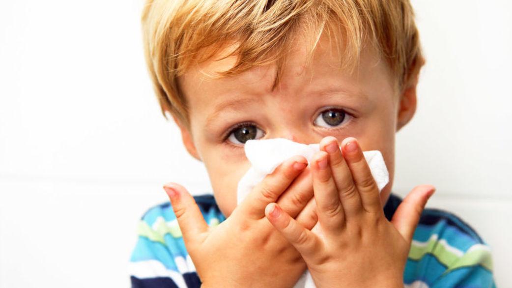 copil sterge nasul muci bolnav