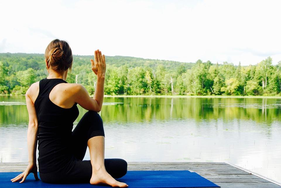 femeie yoga natura parc malul apei sport miscare aer liber