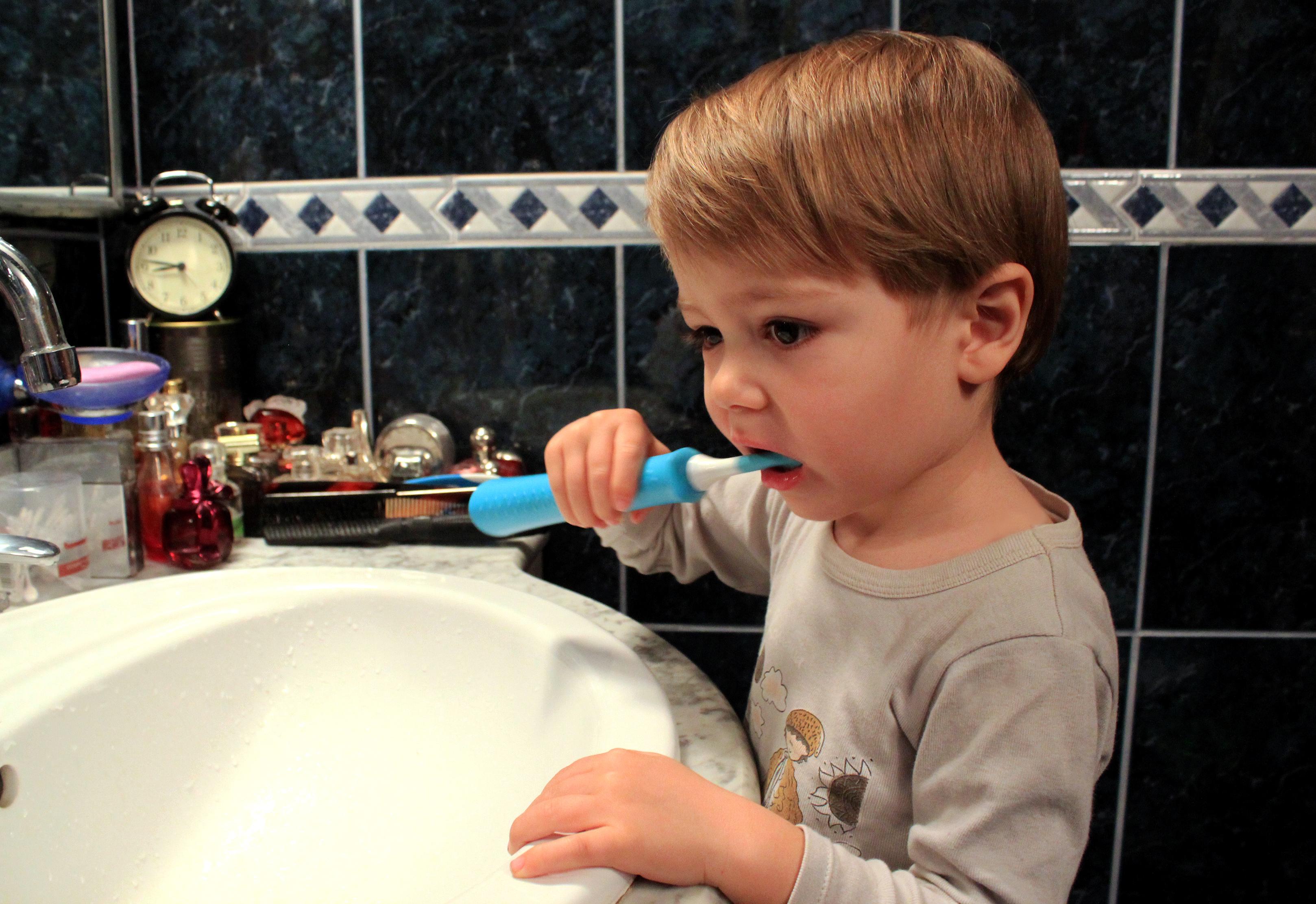 Tudor testeaza periuta electrica Philips Sonicare for Kids