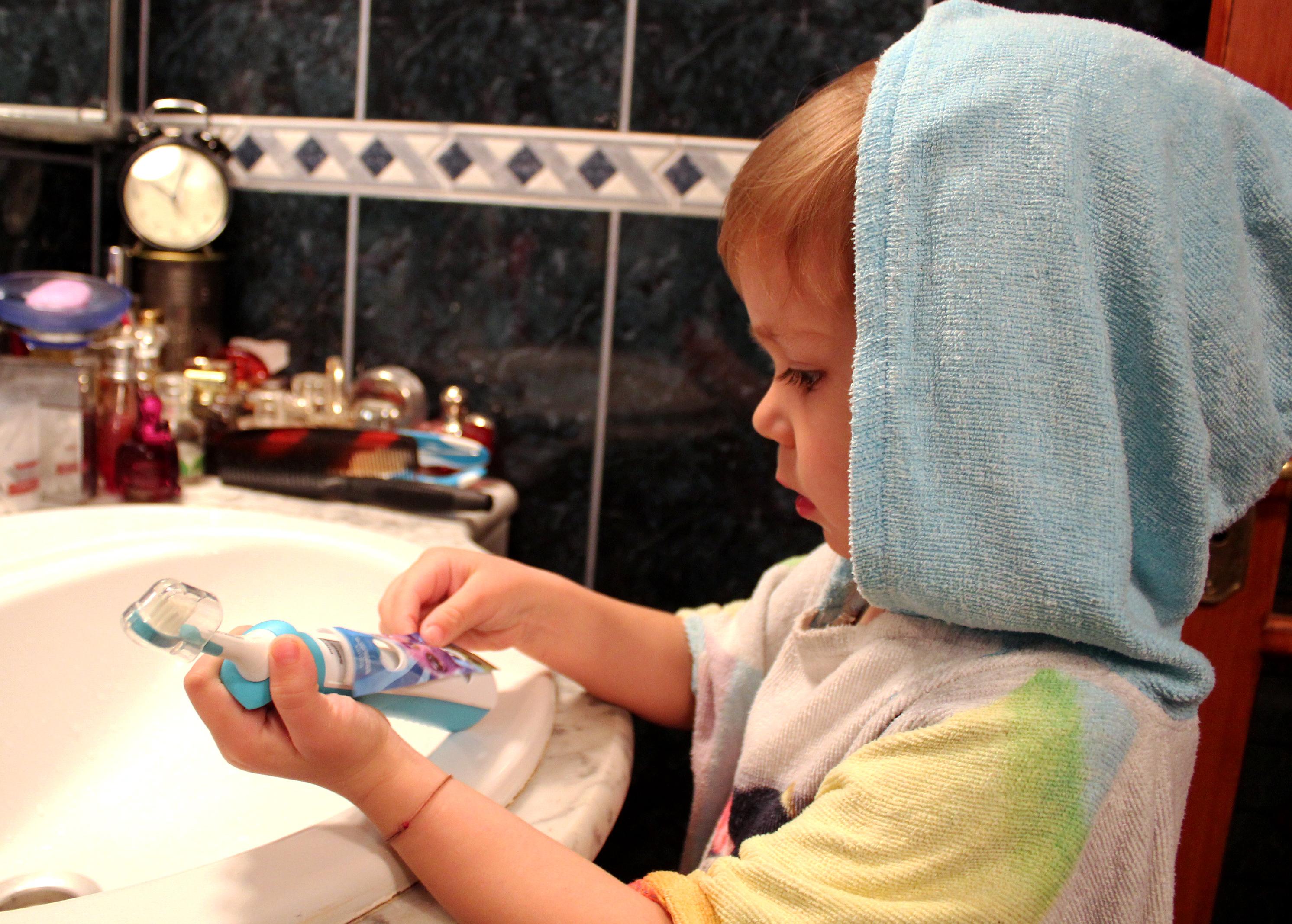 Tudor lipeste eticheta periuta dinti electrica Philips Sonicare for Kids