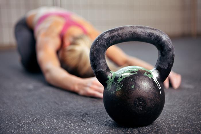 femeie sala antrenament greutati