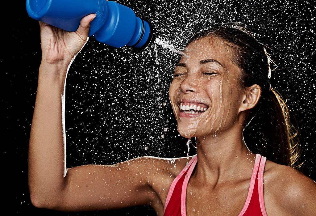 femeie hidratare apa sport