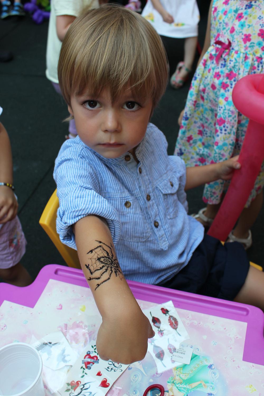 copil petrecere zi de nastere tatuaj