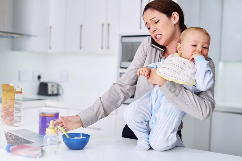 femeie bebelus multitasking