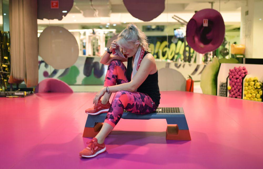 femeie obosita sala grup fitness