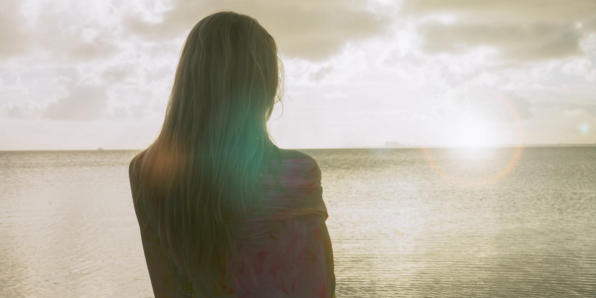 femeie se uita spre orizont mare