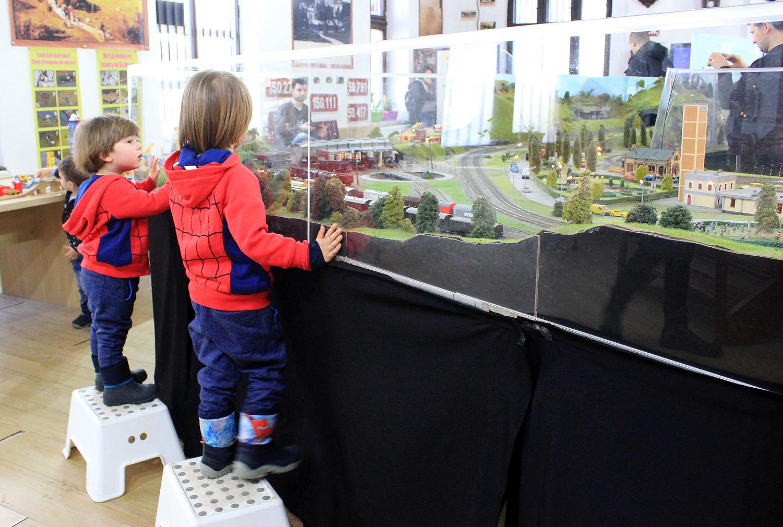 copii expozitie trenulete gara sinaia tabureti