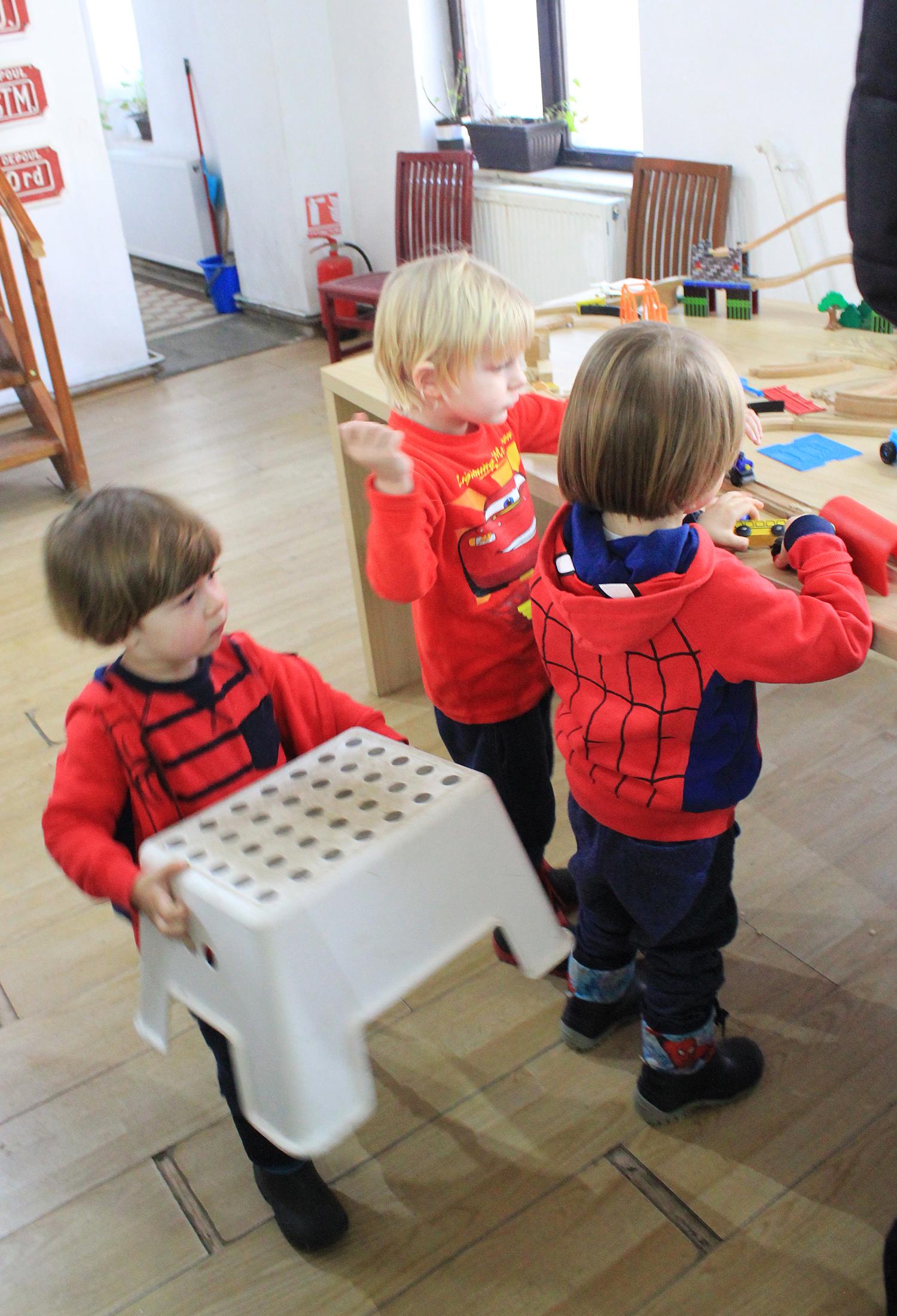 loc de joaca copii expozitia de trenulete sinaia