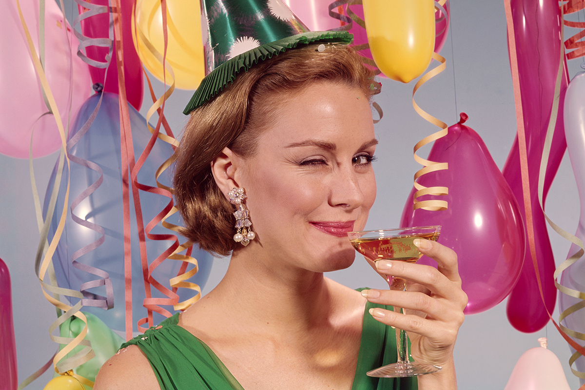 femeie face cu ochiul bea alcool petrecere