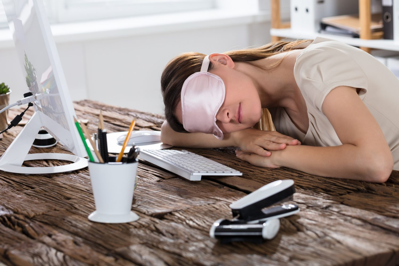 femeie power nap doarme birou