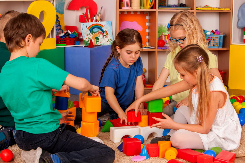copii gradinita joc turn educatie