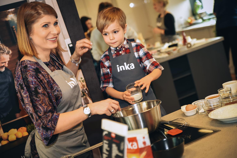 copil ajuta mama gatit