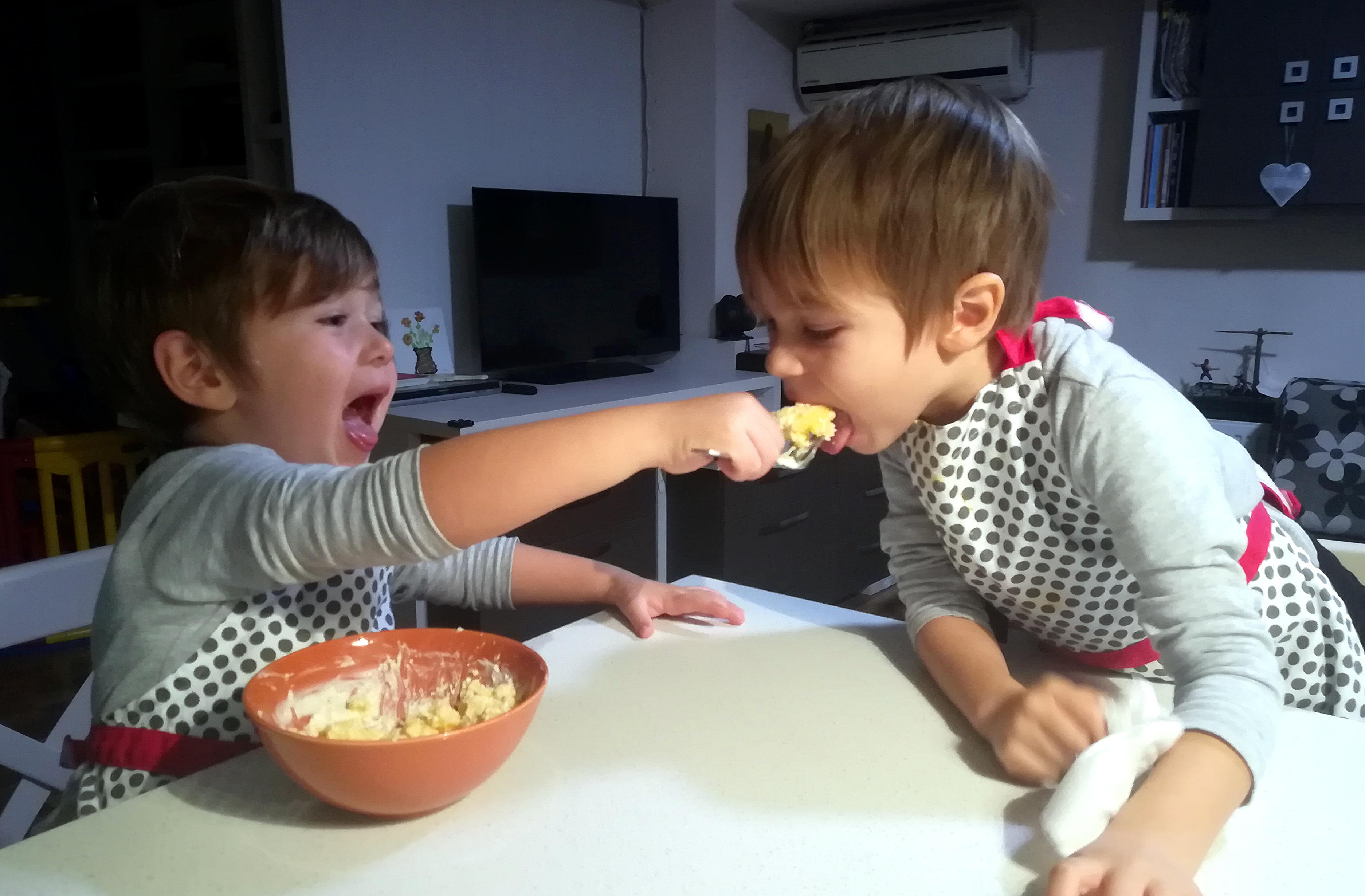 copil hraneste mamaliga branza smantana