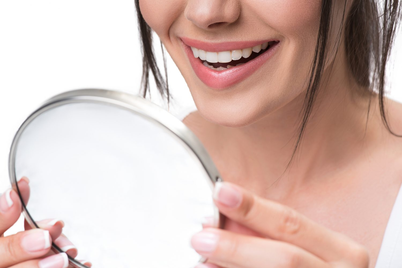 femeie oglinda albire dinti zambet