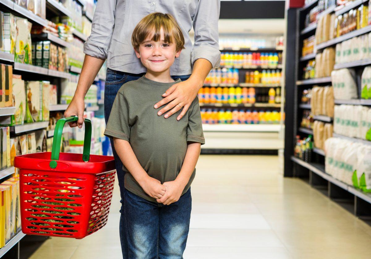 baiat simpatic mama cumparaturi supermarket