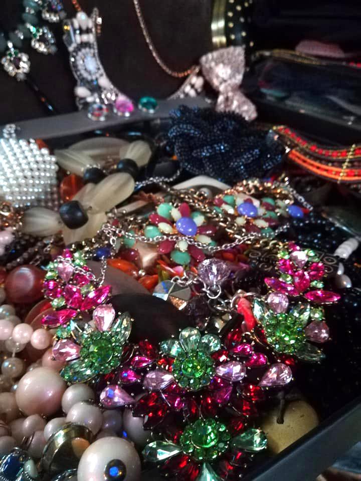 accesorii bijuterii gablonturi yard sale