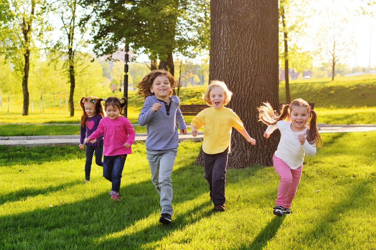 copii alearga afara lumina naturala ochi miopie