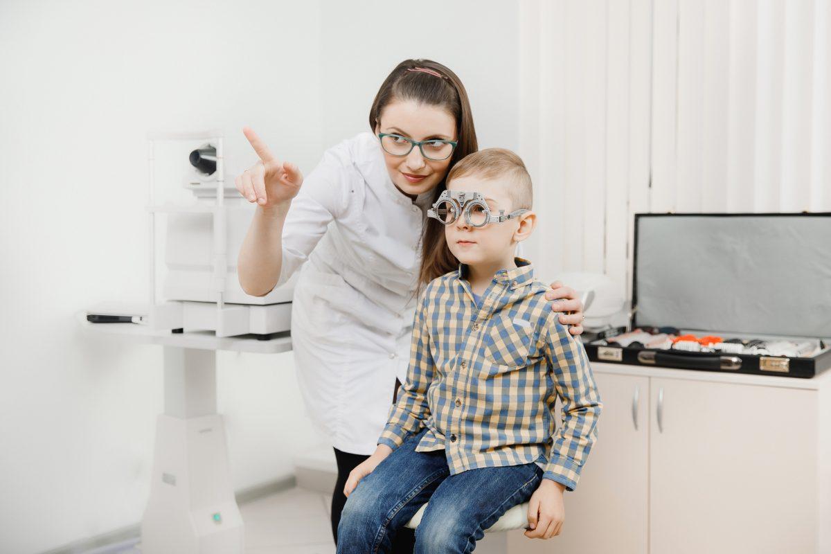 copil miopie medic oftalmolog optometrist ochelari