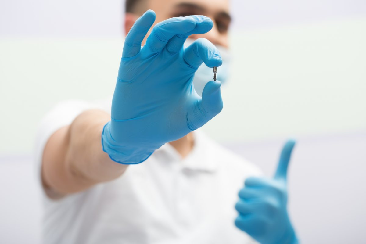 medic stomatolog implant dentar