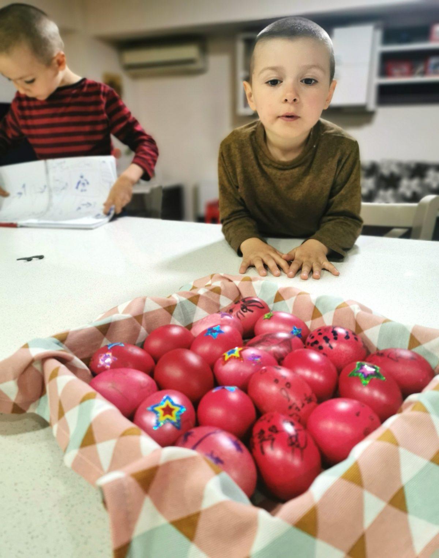 copii vopsesc oua rosii paste