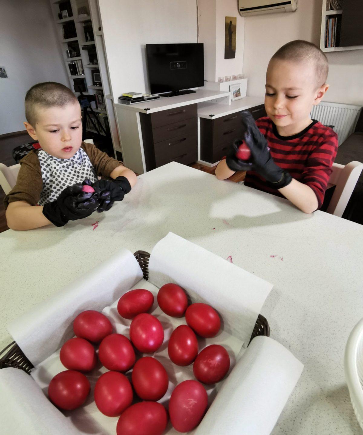 copii vopsesc oua paste