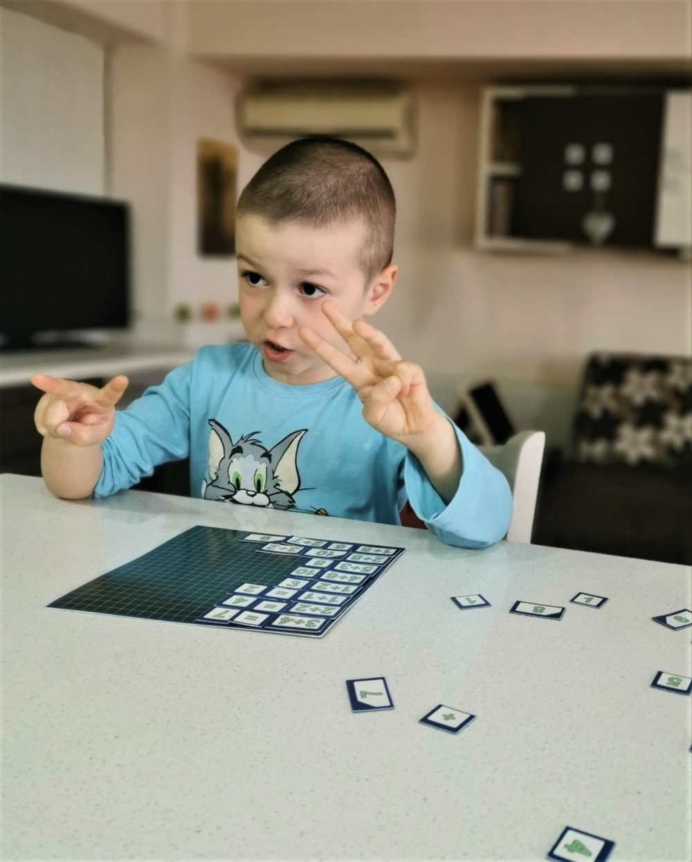 copil numara pe degete