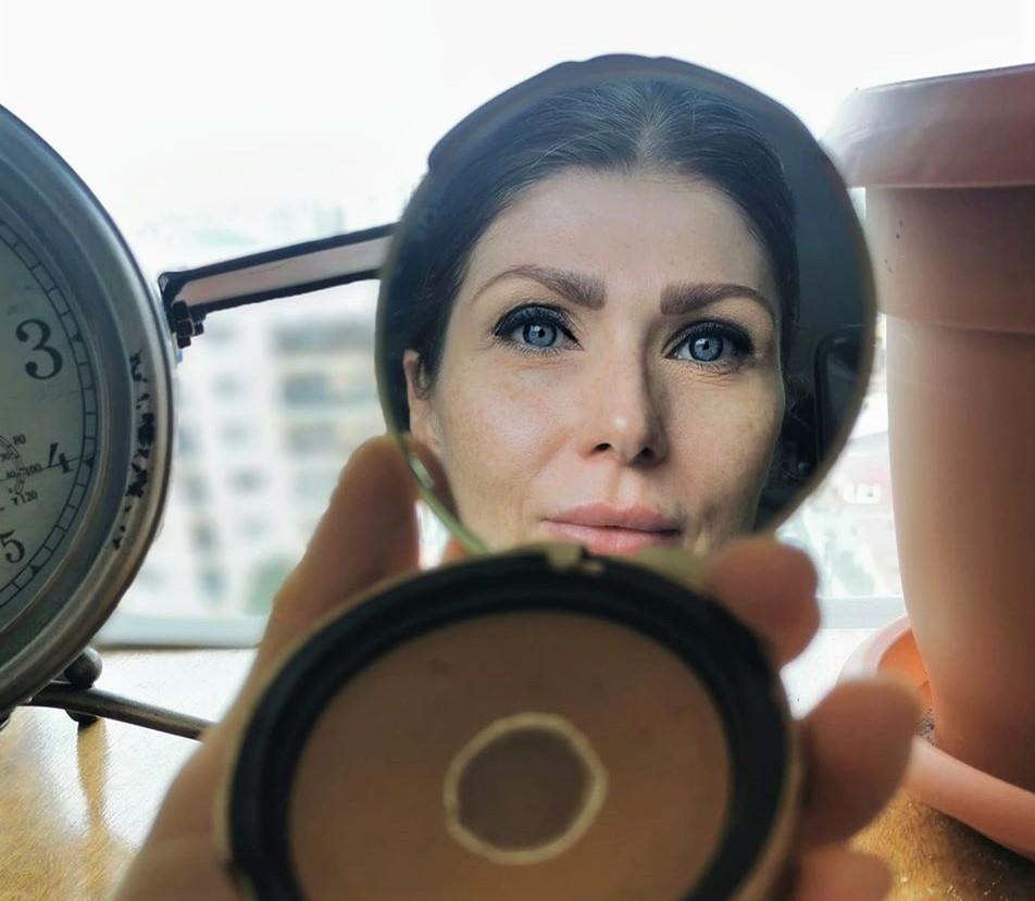 femeie reflexie oglinda izolare casa coronavirus