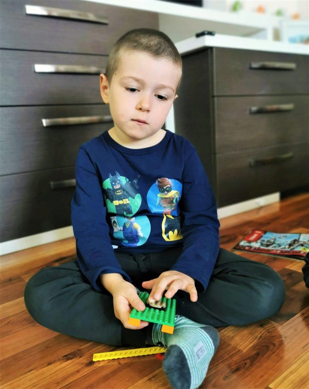 copil suparat acasa izolare