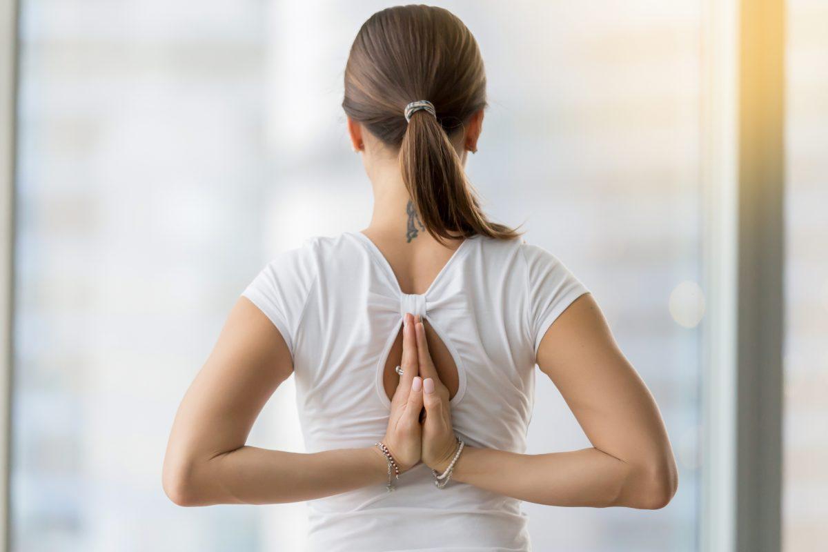 femeie zen fereastra relaxata yoga