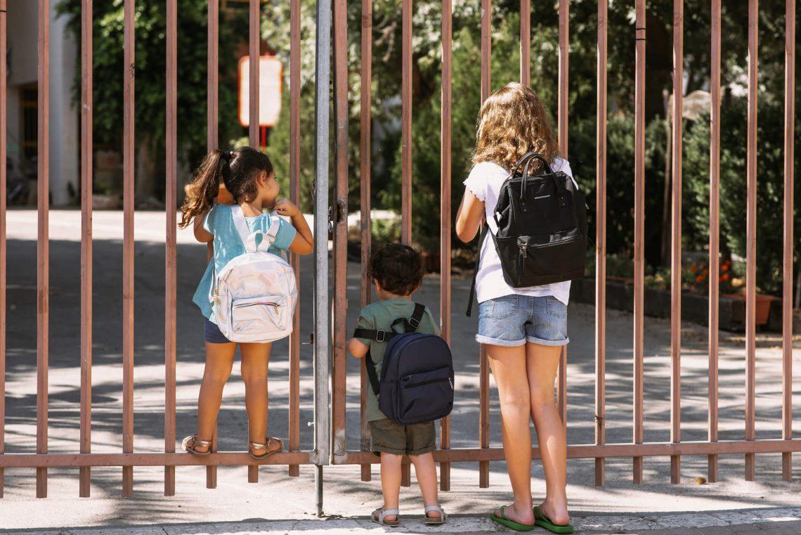 elevi asteapta deschidere scoala