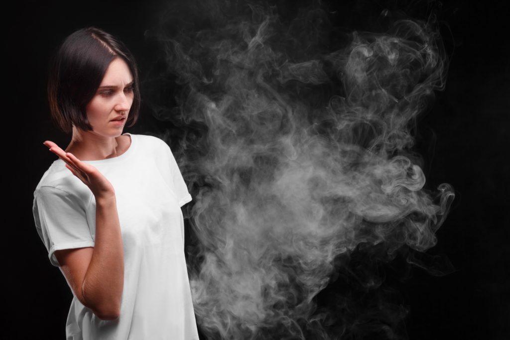 femeie nu ii place fum de tigara